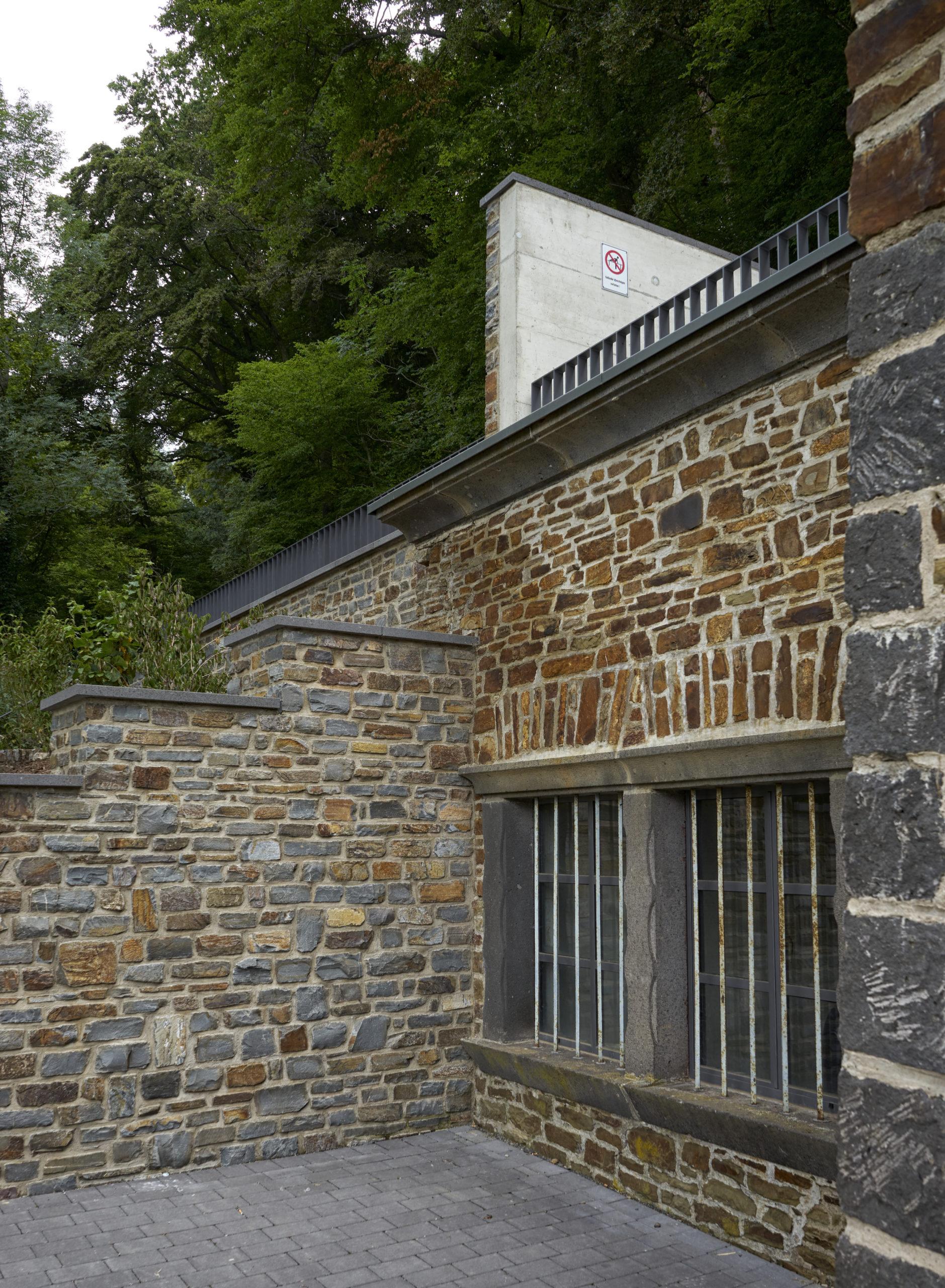 Fassade aus Stein Pumpenhaus in Ulmen