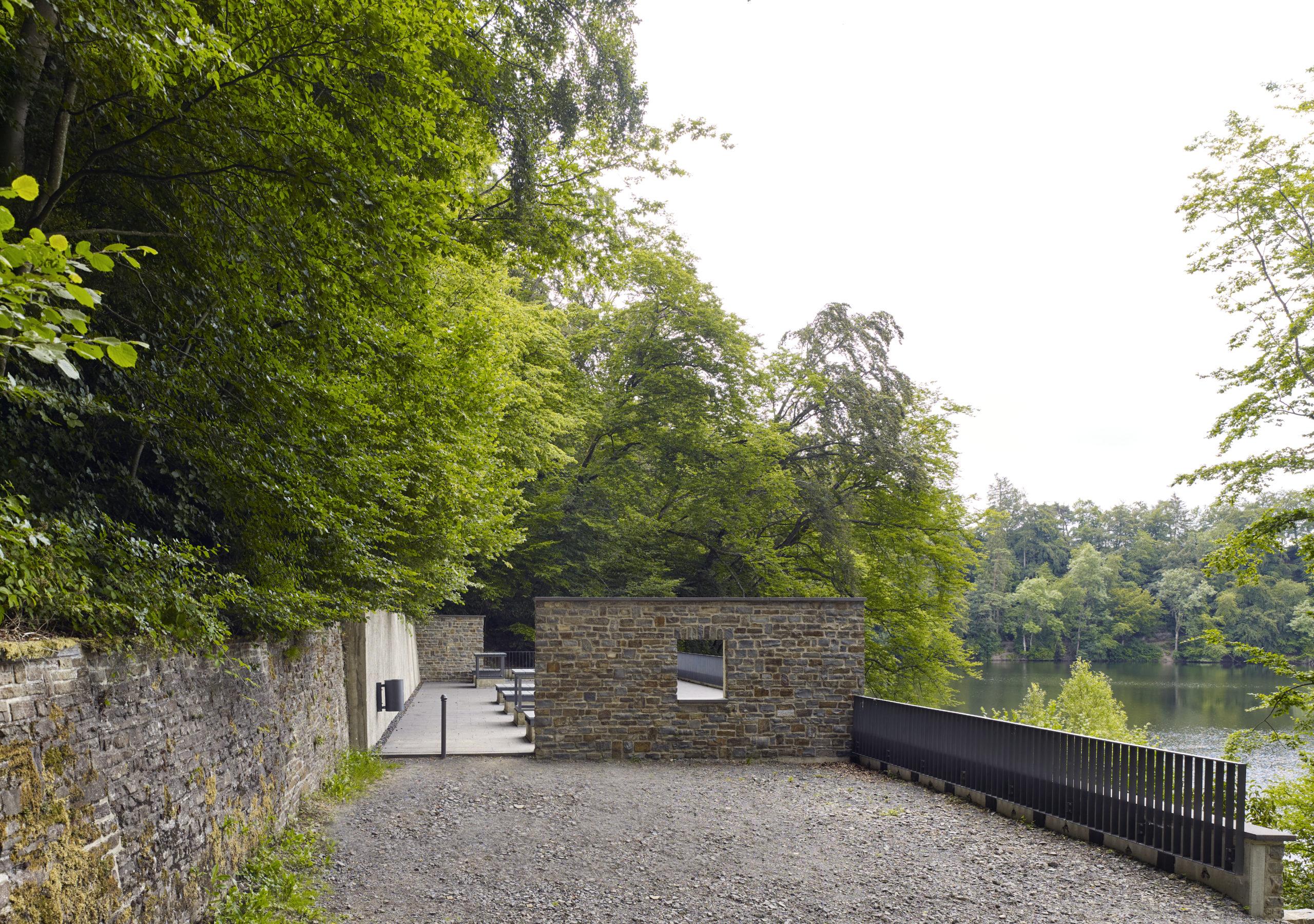 Hof Vorderseite Pumpenhaus in Ulmen