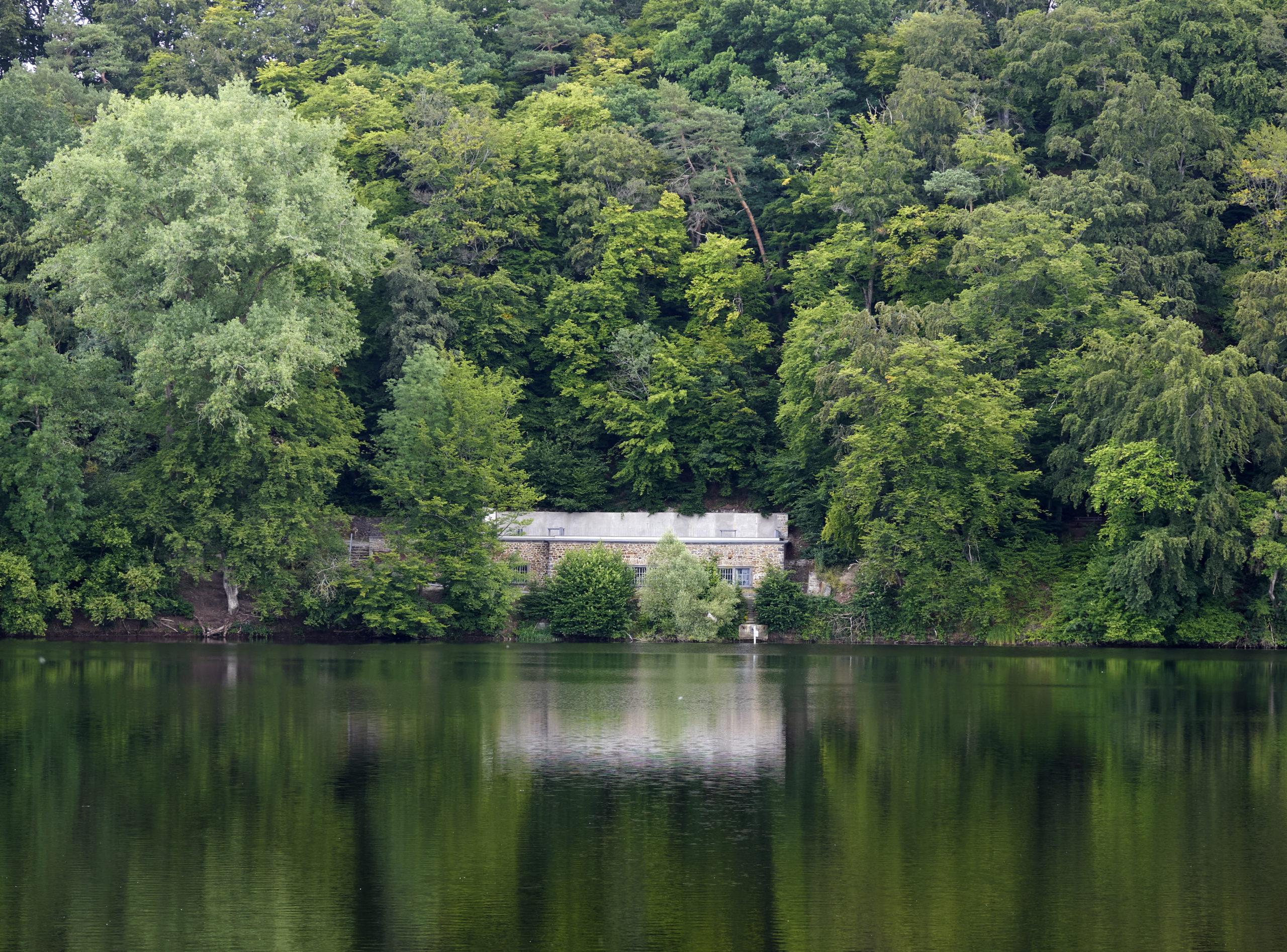 Blick auf Pumpenhaus von gegenüberliegendem Ufer